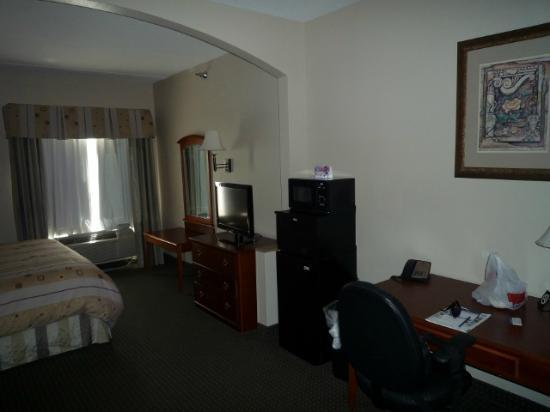 Best Western Plus Suites-Greenville : Zimmer mit Tisch, Kühlschrank und Mikrowelle