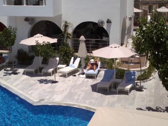 La Mer Deluxe Hotel, Spa Resort & Conference Center: sun loungers and parasols