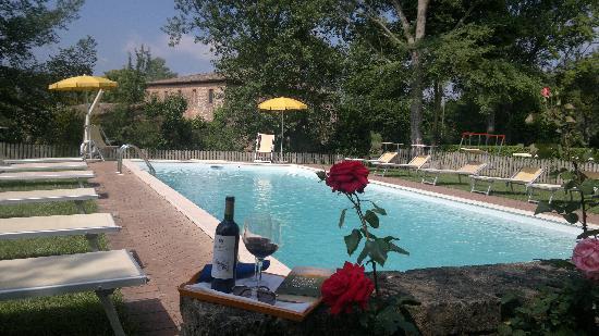 Agriturismo San Fabiano: swimming pool in May