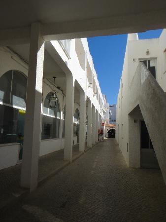 Salema Beach Club : Entrance to the apartment complex