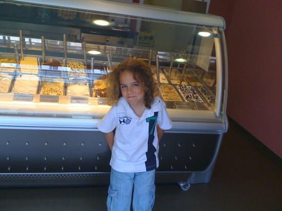 Old Bridge Gelateria : Giovanotto che mangia il miglior gelato di Stoccarda
