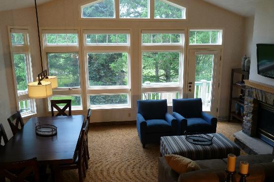 Fairway Suites at Peek n Peak: Great Room with Peak ceilings/windows