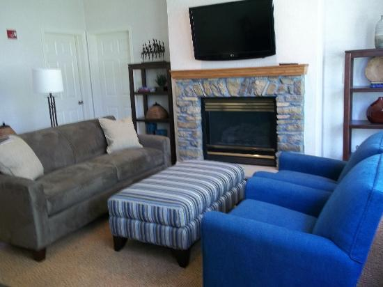 Fairway Suites at Peek n Peak: Great Room Fireplace