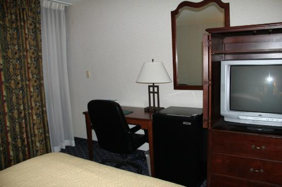 Quality Inn Rochester Airport: Desk and TV in the room