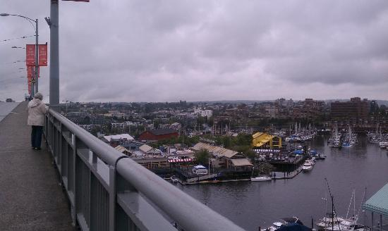Executive Hotel Vintage Park: view on Granville Bridge towards the island, close to hotel