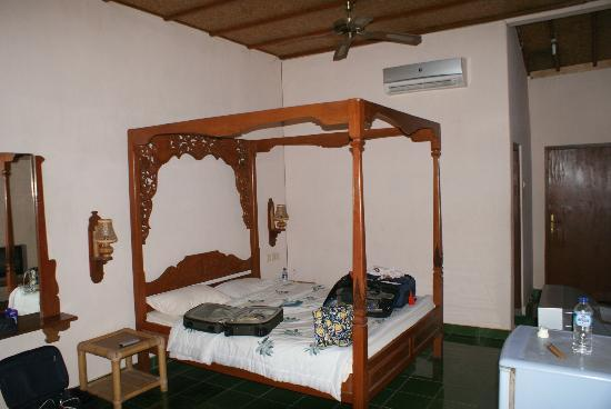 Three Brothers Bungalows: Hard bed. 2 small flat nasty pillows