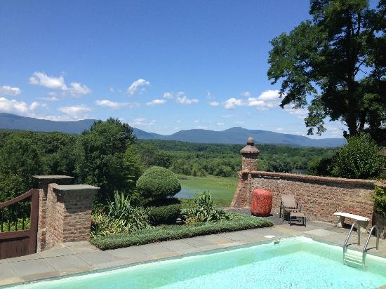 Chateau and Tudor Rooms, Saugerties Bed and Breakfast: view from pool