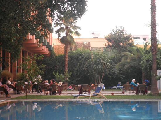 Meriem Hotel : Petit déjeuner servi autour de la piscine