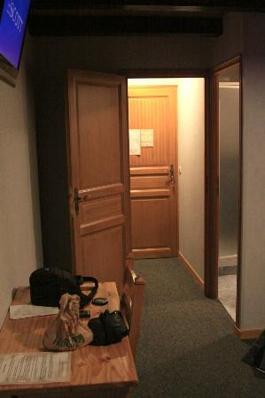 Hotel les Catrems: room - 2 doors separating from hallway for more comfort