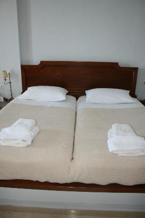 Villa Renos: The beds, always clean and made. Also an air conditioner in room and large TV