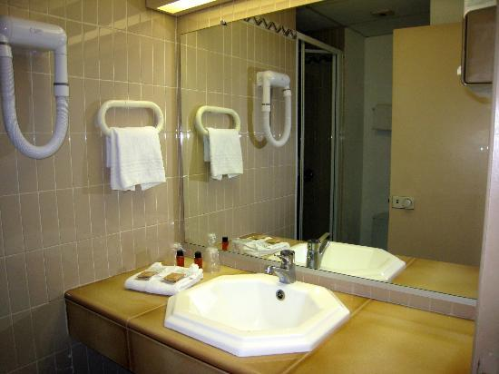 cabinet de toilette exigu +wc - Picture of Hotel Arles Plaza, Arles ...