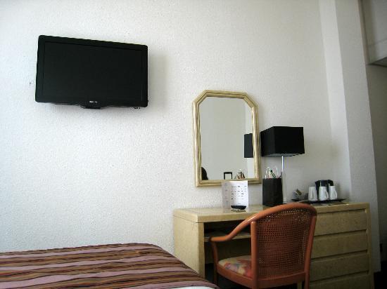 Hôtel Arles Plaza : TV avec de nombreux canaux inaccessibles