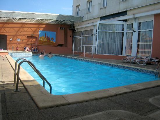Hôtel Arles Plaza : piscine et jacuzzi à peu près propres,serviettes de bains fournies,manque de bains de soleil