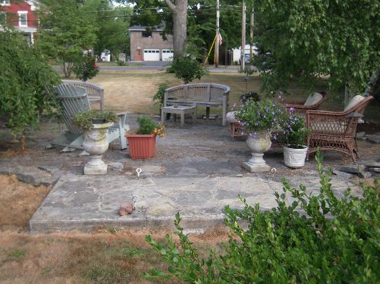 Jacob Brewster House B&B: Patio seating area