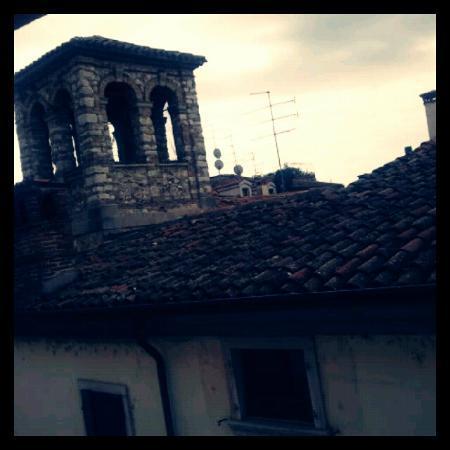 Palazzo Ai Capitani Hotel: 部屋からの眺め。近くの塔が見えます。