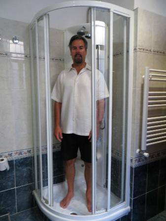 Raffaello Hotel: The tiny shower with my average husband inside!