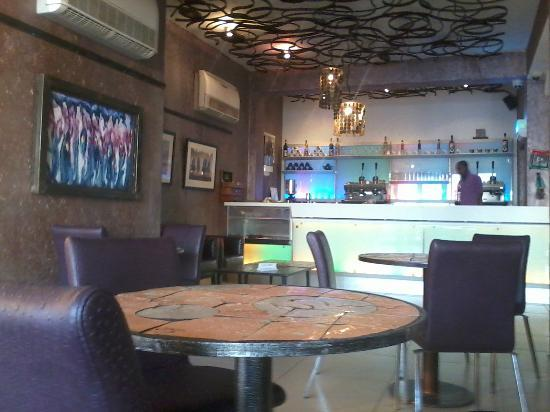 Lamma Cafe: bar