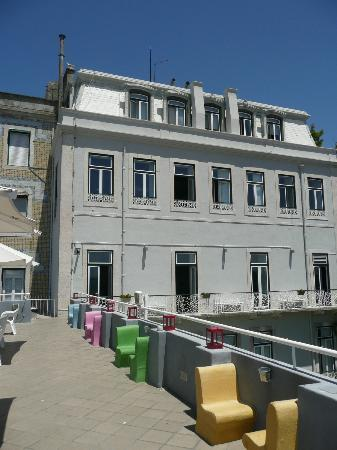 Lisb'on Hostel: The top floors from the roof terrace