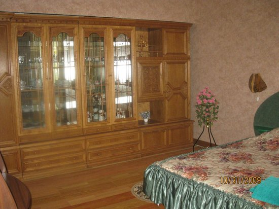 Berdychiv, Ucrania: Bedroom & cabinet with dishes