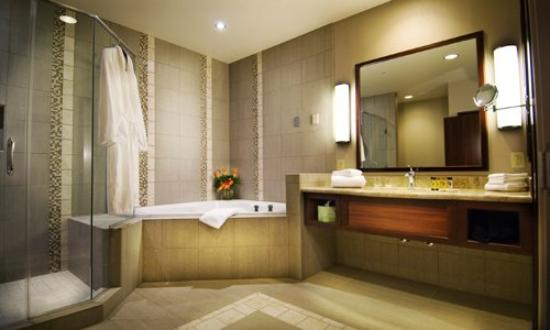 Seven Feathers Casino Resort: King Suite Bath