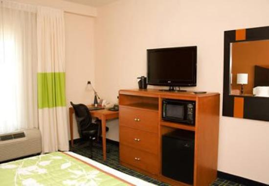 Fairfield Inn & Suites Muskogee: Guest Room Media Area