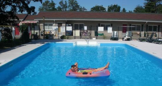 J&J Motel: Salt Water Heated Pool