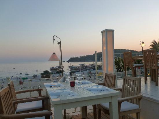 Villa Beldeniz Hotel: Dining by the beach
