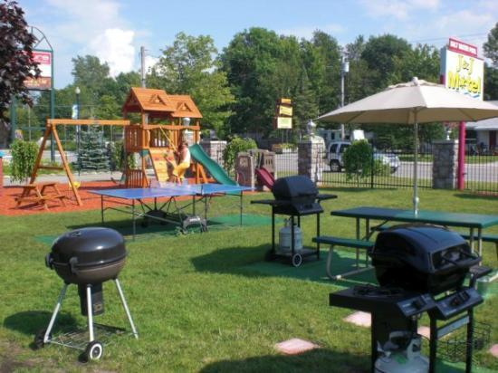 J&J Motel: Family Picnic Area