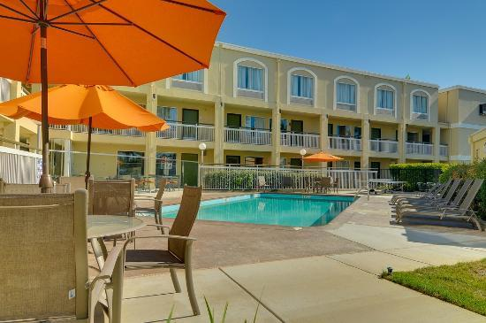 BEST WESTERN PLUS Rancho Cordova Inn: Outdoor pool & table tennis