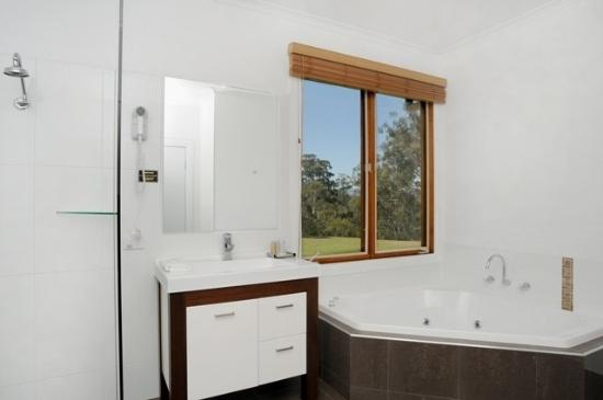 Yering Gorge Cottages: Bathroom with large corner spa bath