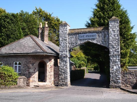 The Priory Hotel & Restaurant: Entry to carpark and hotel