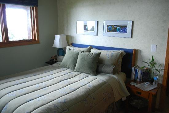 A Channel View B&B: The sea glass room