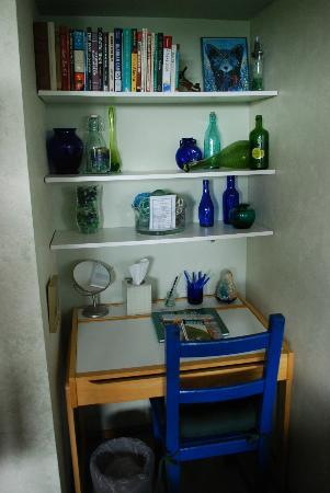 A Channel View B&B: The sea glass room - desk area