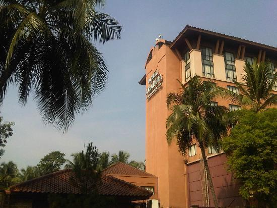 Hotel Aryaduta Lippo Village: from the street