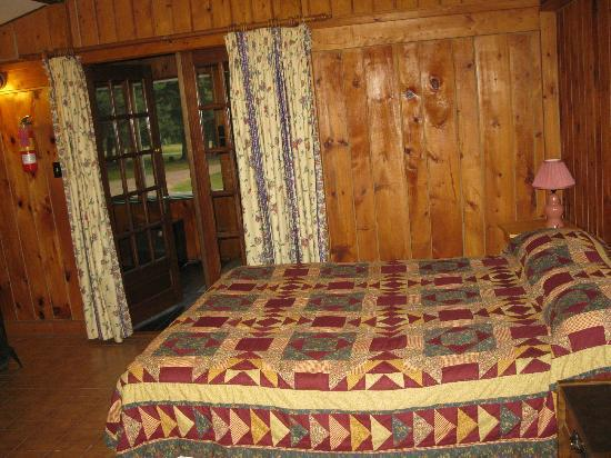 The Normaway Inn & Cabins: Bed - french doors lead to the screened varanda