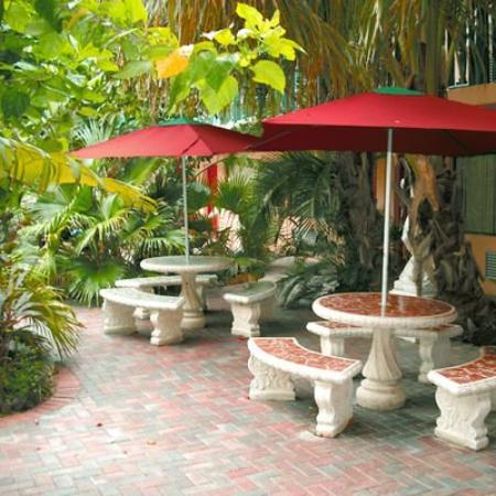 Ft. Lauderdale Beach Resort Hotel & Suites: Hotel Coutyard area