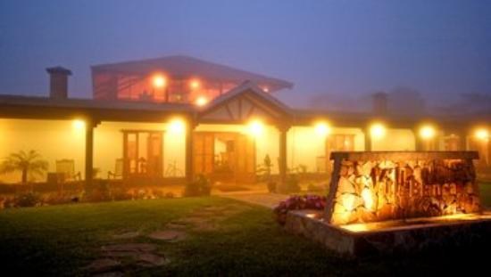 Villa Blanca Cloud Forest Hotel and Nature Reserve: Main Building At Night