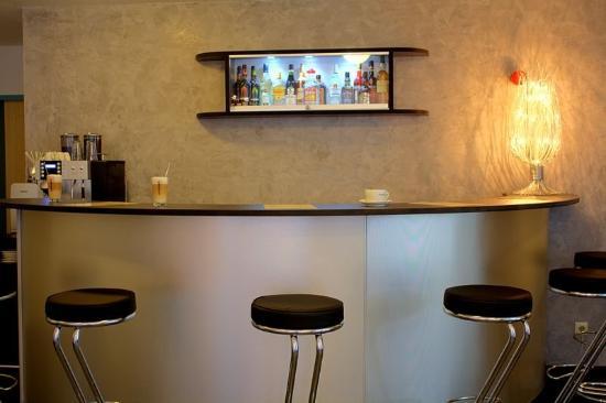 Domino Hotel: Bar