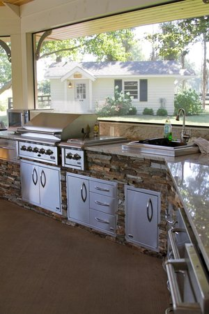Riverside Inn Bed & Breakfast: Outdoor kitchen/grill in screened in gazebo