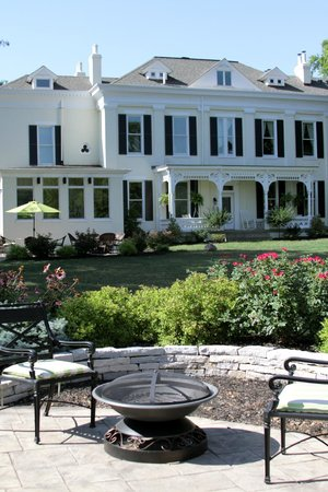 Riverside Inn Bed & Breakfast : Back yard