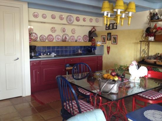 Tullymore Guest House: Cute dining area easily seats 4