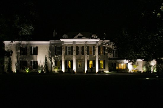 Riverside Inn Bed & Breakfast: Grounds at night