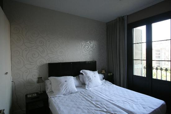 Grandom Suites: Larger room