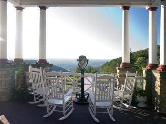 Historic Summit Inn: Exterior Patio