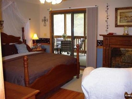 Deer Creek Bed and Breakfast: Guest room