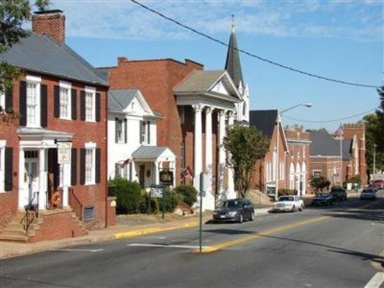 هولاداي هاوس بد آند بركفاست: Historic Inn on Main Street