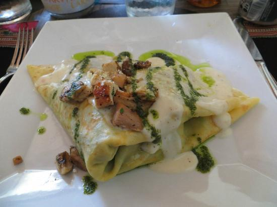Ixcot's Creperia & Cafe Bar: Chicken & Spinach Crepe with pesto & cream sauce