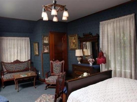 Oakenwald Terrace: Guest Room -OpenTravel Alliance - Guest Room-