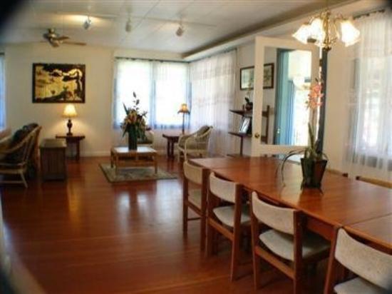Hale Pohaku Beachside Resort: Interior Lobby