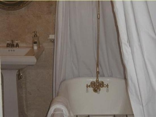 The Olde Savannah Inn: Bathroom -OpenTravel Alliance - Guest Room Amenity